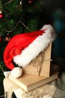 Komposition mit Büchern und Plaid auf Weihnachtsbaumhintergrund foto
