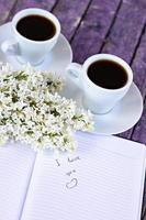 """Eintrag im Tagebuch """"Ich liebe dich"""", Tassen Kaffee foto"""
