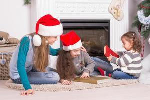 Schwestern lesen eine Weihnachtsgeschichte.