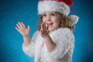 Feiertage, Geschenke, Weihnachten, Kindheitskonzept - lächelnd wenig