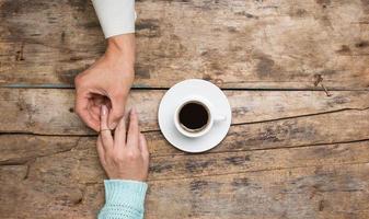 Mann, der seiner Freundin einen Verlobungsring gibt