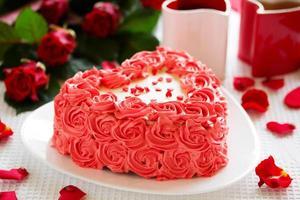 Geburtstagstorte zum Valentinstag mit Rosen. foto