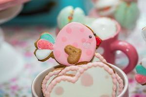 Dekoration des Geburtstagsfeier-Tisches mit Süßigkeiten für Kind foto