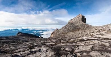 Panorama nach Süden und St. Johns Gipfel des Kinabalu-Berges