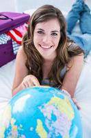 Frau, die ihre globalen Reisen plant