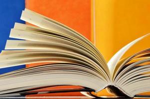 Komposition mit Hardcover-Büchern in der Bibliothek foto