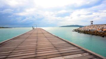 Holzbrücke über das Meer