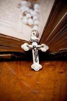 silbernes Kruzifix auf alter Bibel, foto