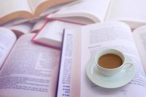 Kaffee mit Buch foto