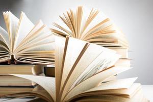 Komposition mit gebundenen Büchern und Lupe.