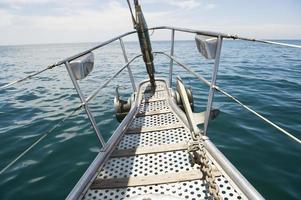 Bug der Yacht, die im Meer segelt