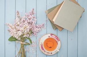 Tee. Bücher und Blumen foto
