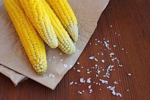 gekochter Mais mit Meersalz auf dem Pergament foto