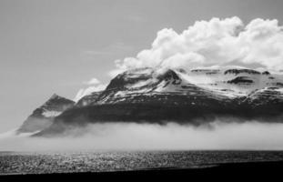 schwarzer und weißer Berg am Meer, Island