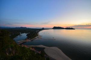Blick auf die Meeresbucht bei Sonnenaufgang