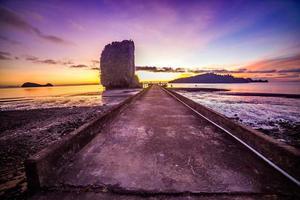 Strand und tropischer Meeressonnenuntergang foto