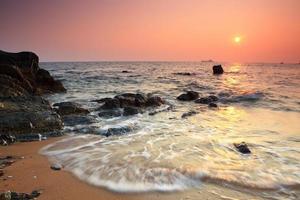 majestätischer Sommersonnenuntergang über dem Meer.