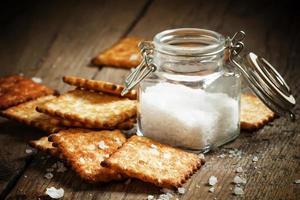 Salziger Cracker und Meersalz in einem Topf