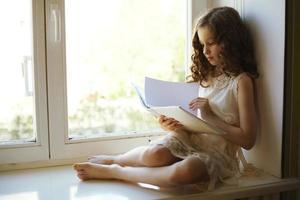 Mädchen liest ein Buch foto
