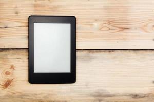 E-Book-Reader oder Tablet-PC auf Holzhintergrund foto