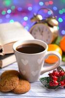 Zusammensetzung des Buches mit Tasse Kaffee und Weihnachtsschmuck foto