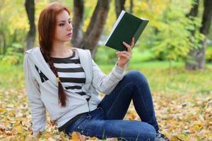 Herbst lässt Mädchen Buch lässig
