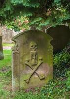 alter Grabstein in einem englischen Kirchhof