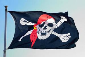 Piratenflagge flattert bedrohlich im Wind