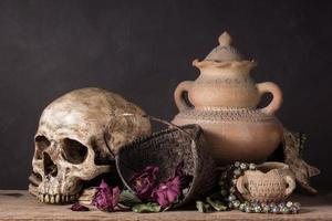 Schädel mit trockener Rose im Korb