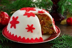Weihnachtspudding mit Schneeflocken verziert.