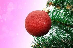 Weihnachtsdekoration am Baum hängen