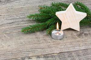 Weihnachtsdekoration auf Holzbrett