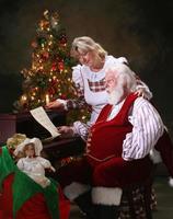 Frau. claus und santa sind von einem kindbrief überrascht