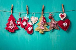 Weihnachtsdekorationen handgemacht auf türkisfarbenem Hintergrund