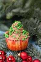 Cupcakes auf einer Tanne mit Weihnachtskugeln foto