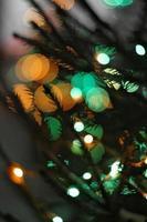 Weihnachtswinterhintergrund, Fichte und Licht