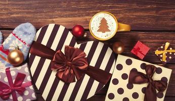 Cappuccino mit Weihnachtsbaumform und Geschenken