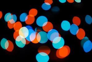 blauer und roter Bokeh-Effekt mit horizontalem Rahmen foto