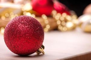 Weihnachtsspielzeug auf Holztisch