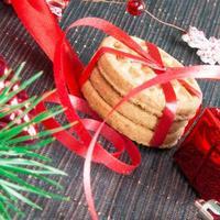 Weihnachtshintergrund mit Keksen und Dekorationen