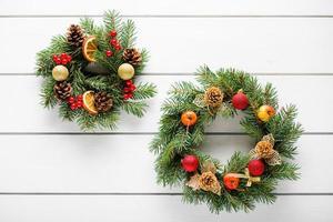 Weihnachtskranz auf weißer hölzerner Tischoberansicht