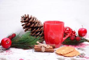 Nahaufnahme von Weihnachtsplätzchen, Tee und Verzierungen