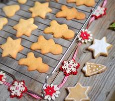 Nahaufnahme von Weihnachtsplätzchen auf Holztisch mit Ornamenten