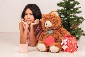 süße kleine Mädchen weiße Geschenkbox