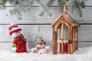 Weihnachtsstilllebendekoration mit hölzernem Hintergrund