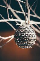 silberner Weihnachtsball