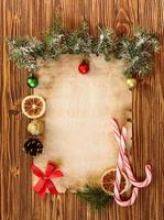 Weihnachtsschmuck auf dem alten Blatt Papier foto