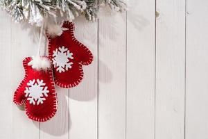Weihnachtsdekoration mit Tannenzweigen in Form von Handschuhen
