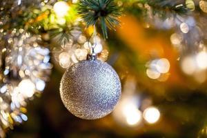 geschmückter Weihnachtsbaum mit silbernen Kugeln