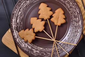 Weihnachtslebkuchenplätzchen auf Stöcken foto